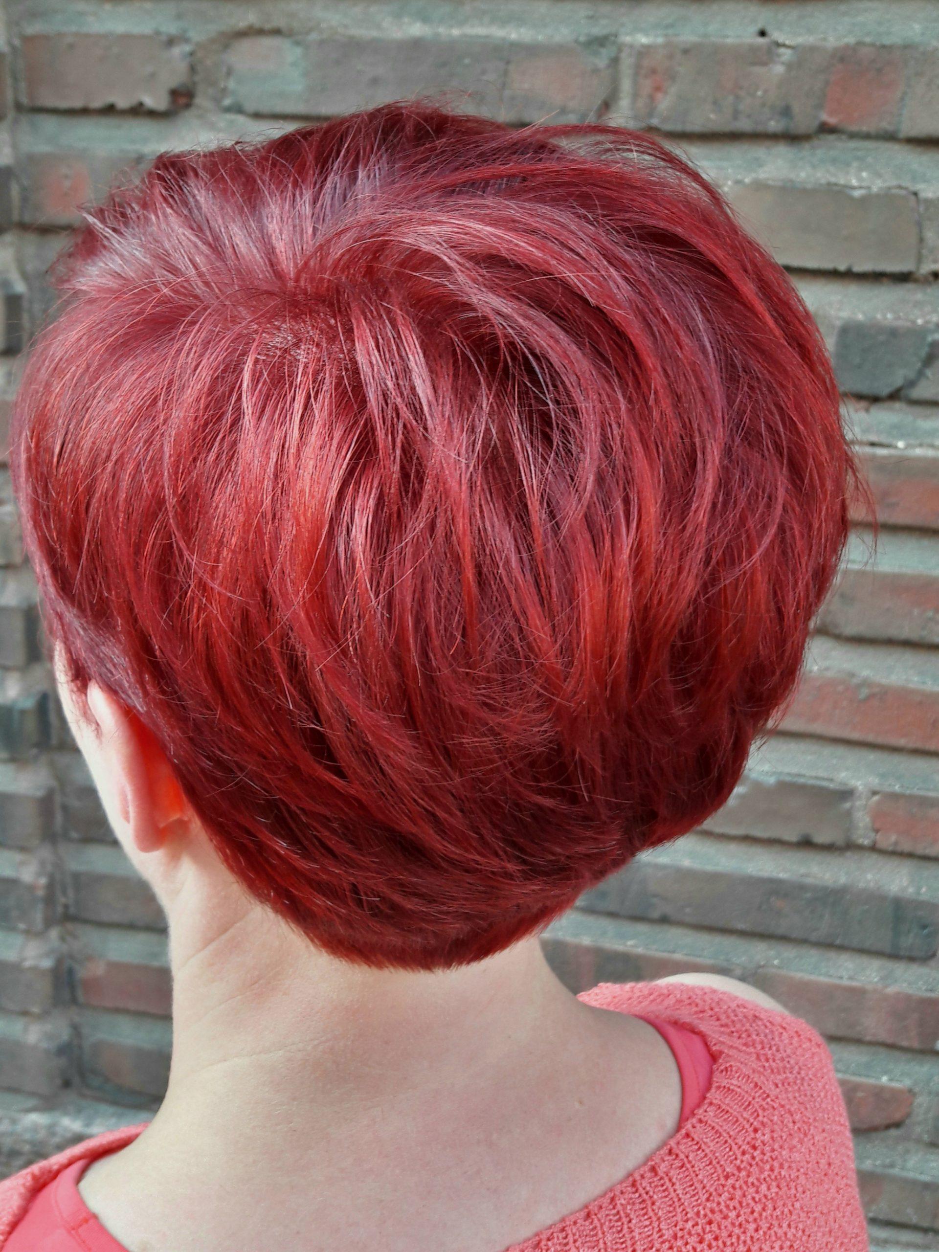 Punaiset lyhyet hiukset